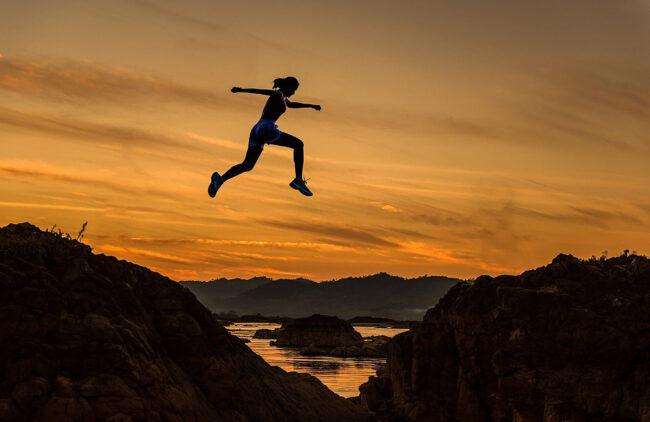 kobieta podczas skoku - zdrowa aktywność