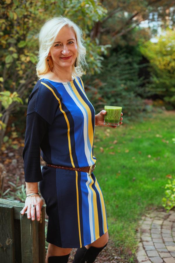 portret dietetyk Magdaleny Kuczyńskiej z smoothie w ogrodzie